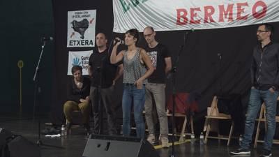 Igor Elortza, Uxue Alberdi, Fredi Paia eta Amets Arzallus. Pisukide unibertsitariak etxeko lanak antolatzen.